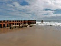 Buxton Jetty przy Pólnocna Karolina ` s latarni morskiej Starą plażą zdjęcia royalty free
