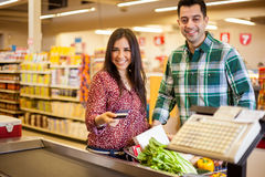 Buying groceries with a credit card Royalty Free Stock Images