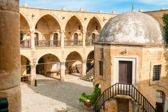 Buyuk Han (den stora gästgivargården), störst caravansarai i Cypern royaltyfria foton