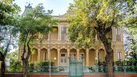 Buyukada,土耳其- 2013年8月11日:Buyukada王子海岛是著名的与它的有美丽的庭院的经典地道房子 免版税图库摄影