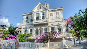 Buyukada,土耳其- 2013年8月11日:Buyukada王子海岛是著名的与它的有美丽的庭院的经典地道房子 免版税库存图片