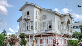 Buyukada,土耳其- 2013年8月11日:Buyukada王子海岛是著名的与它的有美丽的庭院的经典地道房子 库存图片