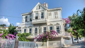 Buyukada, Τουρκία - 11 Αυγούστου 2013: Το νησί πριγκήπων Buyukada είναι διάσημο με τα κλασικά αυθεντικά σπίτια του με τους όμορφο Στοκ εικόνα με δικαίωμα ελεύθερης χρήσης