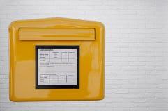 Buzón alemán en la pared de ladrillo blanca imagenes de archivo