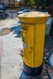 Buzón amarillo en Chipre Imagen de archivo