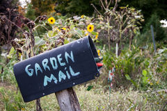 Buzón con el correo del jardín Imágenes de archivo libres de regalías