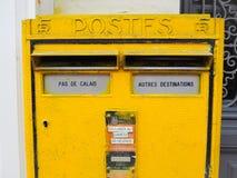 Buzón de correos brillante del metal amarillo de National Post francés con un compartimiento dedicado para el Pas imágenes de archivo libres de regalías