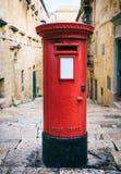 Buzón de correos británico rojo del vintage en La Valeta, Malta imagen de archivo libre de regalías