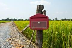 Buzón de correos en campo Fotos de archivo