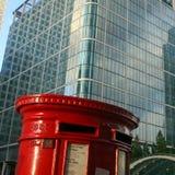 Buzón de correos inglés rojo en fondo arquitectónico Fotos de archivo libres de regalías