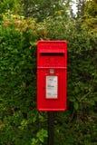 Buzón de correos rectangular rojo británico imagen de archivo