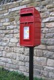 Buzón de correos rojo brillante - Reino Unido Imagen de archivo libre de regalías