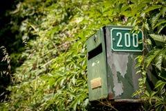 Buzón de correos verde viejo con el número 200 Imagen de archivo