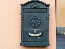 buzón de correos viejo en la pared de la casa urbana en Lecco fotografía de archivo
