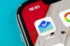 Buzón de entrada de Google por el icono del uso de Gmail en el primer de la pantalla del smartphone del iPhone X de Apple Icono d fotografía de archivo libre de regalías
