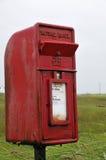 Buzón de Royal Mail con la aleta de la tormenta Imágenes de archivo libres de regalías