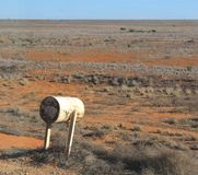 Buzón en el llano de Nullarbor en Australia Foto de archivo