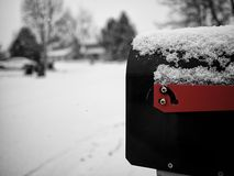 Buzón en nieve Fotos de archivo libres de regalías