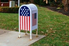 Buzón flagMetal americano de Ministerio del Interior en jardín Fotos de archivo