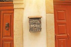 Buzón Gray Color Hanging de la calle en la pared Posta foto de archivo libre de regalías