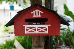 Buzón hecho a mano rojo Fotos de archivo libres de regalías