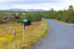Buzón resistido viejo en el borde de la carretera rural en Islandia Foto de archivo libre de regalías