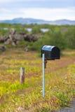 Buzón resistido viejo en el borde de la carretera rural en Islandia Foto de archivo