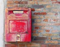 Buzón rojo donde enviar letras y las postales Foto de archivo