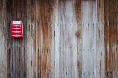 Buzón rojo en la puerta de madera Imágenes de archivo libres de regalías