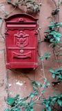 Buzón rojo Roma, Italia Foto de archivo libre de regalías