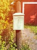 Buzón rural para el reparto del correo Estilo escandinavo simple imagen de archivo