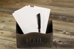 Buzón viejo llenado de las letras y del abrelatas Fotos de archivo