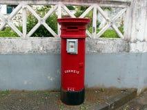 Buzón viejo rojo en la calle en Horta imagenes de archivo