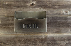 Buzón viejo vacío del metal en la madera del tiempo Fotos de archivo libres de regalías
