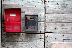 Buzón viejo y nuevo en una puerta de madera imágenes de archivo libres de regalías