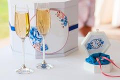 Buzón y ataúd de la boda con dos vidrios con el campagne Imagen de archivo libre de regalías