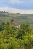 Buzd a enrichi l'église dans le paysage rural de la Roumanie Images libres de droits