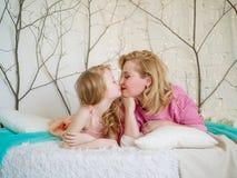 Buziak mama i córka mama jest miłość szczęśliwa rodzina Zdjęcie Royalty Free
