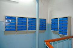 Buzones en la entrada de un edificio residencial del multi-apartamento Rusia imagen de archivo libre de regalías