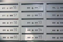 Buzones en la entrada del edificio de apartamentos imagen de archivo libre de regalías