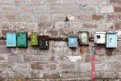 Buzones viejos en una pared sucia vieja Imagen de archivo libre de regalías