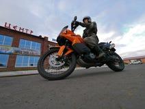 Buzuluk,俄罗斯- 2010年10月6日:一个未知的人骑自行车的人乘坐a 免版税库存照片