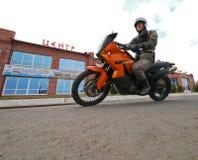 Buzuluk,俄罗斯- 2010年10月6日:一个未知的人骑自行车的人乘坐a 免版税库存图片