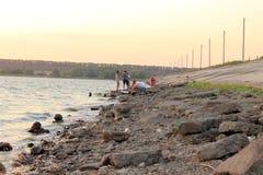 Buzuluk, Ρωσία - 10 Αυγούστου 2014: οι ξένοι αλιεύουν στη λίμνη SP Στοκ Εικόνα