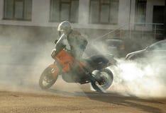 Buzuluk, Rússia - 4 de outubro de 2010: Derivação em uma motocicleta ara Imagens de Stock Royalty Free