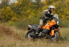 Buzuluk Rosja, Wrzesień, - 25, 2010: jechać motocykl w t Zdjęcia Royalty Free