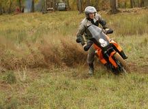 Buzuluk Rosja, Wrzesień, - 25, 2010: jechać motocykl w t Obrazy Stock