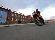 Buzuluk, Russia - 6 ottobre 2010: un motociclista sconosciuto dell'uomo guida la a Immagini Stock Libere da Diritti