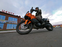 Buzuluk, Russia - 6 ottobre 2010: un motociclista sconosciuto dell'uomo guida la a Fotografie Stock Libere da Diritti