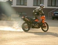 Buzuluk, Russie - 4 octobre 2010 : Dérive sur une moto ara Images libres de droits